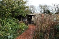 Rottingdean Kiplingův dům - altánek, kde spisovatel rád odpočíval