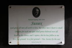 Rottingdean Kiplingův dům -  pamětní deska v altánku